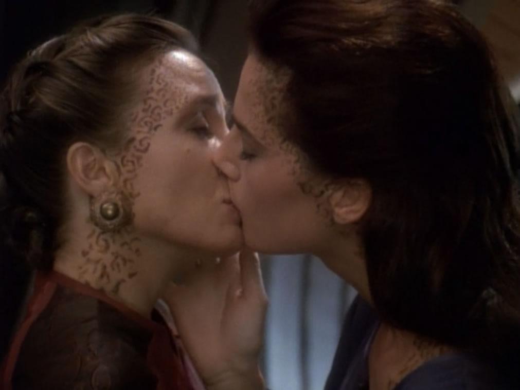 Star Trek Deep Space Nine - S04E06 - Rejoined - beijo entre Dax e Khan